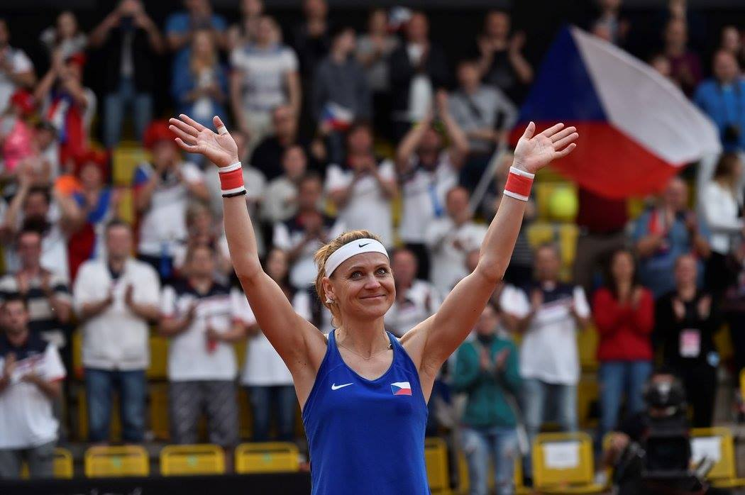 Lucie Safarova plays her last Fed Cup match and gets a standing ovation